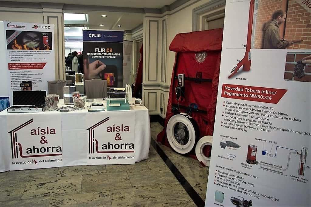 AISLA Y AHORRA muestra una puerta soplante de ensayo, y los sistemas de ventilación con recuperación de calor